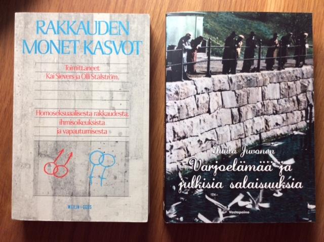 Kaksi kirjaa pöydällä: Rakkauden monet kasvot (toimittaneet Sievers ja Stålström) sekä Varjoelämää ja julkisia salaisuuksia (kirjoittanut Tuula Juvonen).