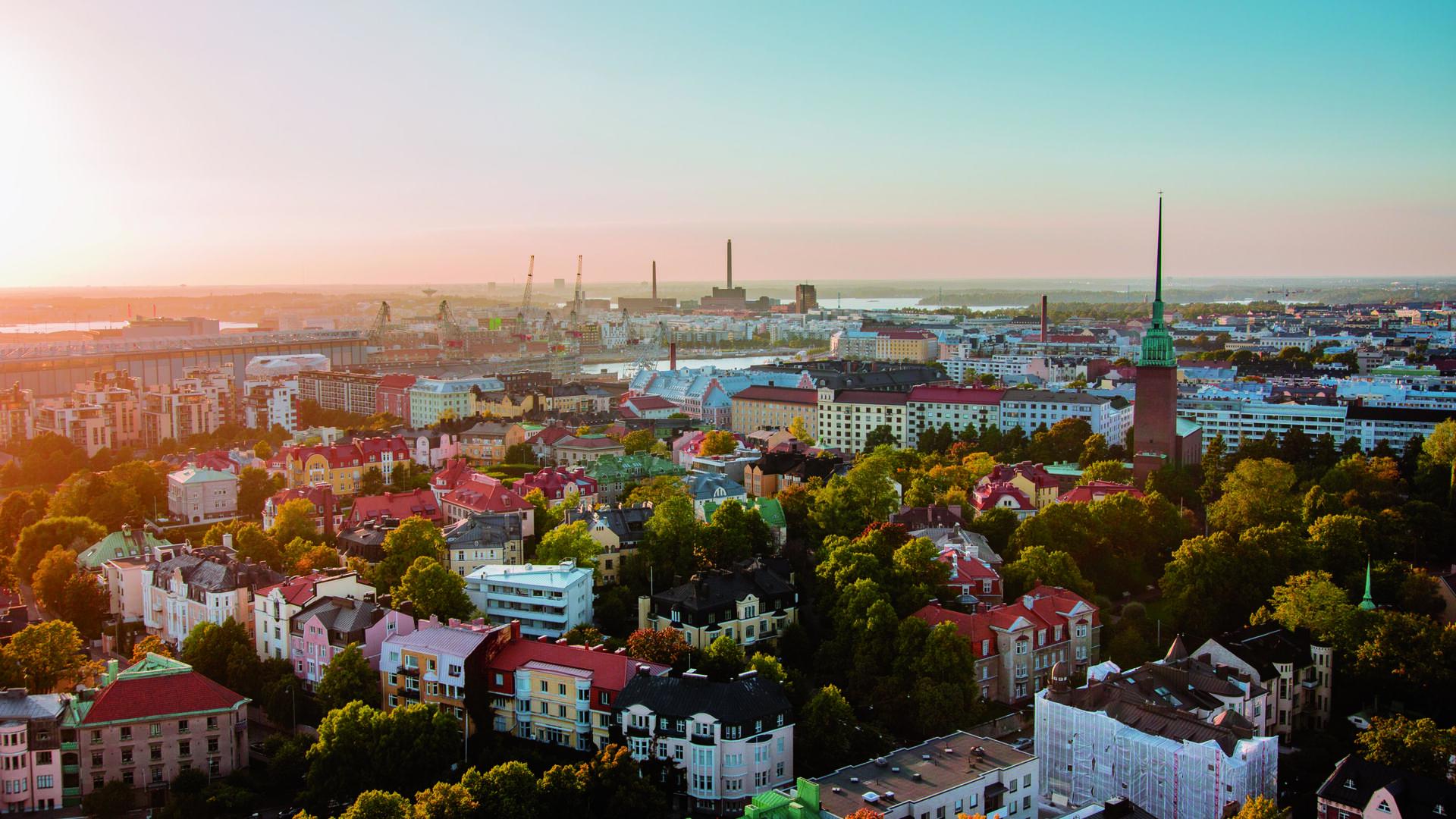 Helsingin keskusta korkealta kuvattuna aurinkoisena päivänä.